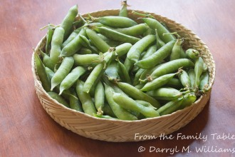 Unshelled green peas fresh from the farmers market