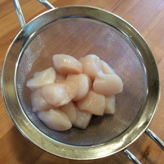 Rinse sand from the scallops